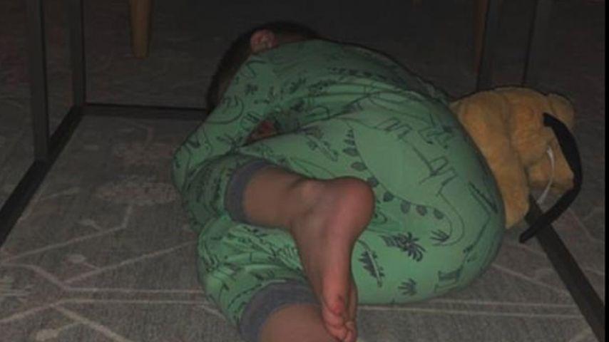 Welches Promi-Kind (4) schläft hier unter einem Tisch?