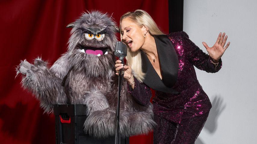 """Janine Kunze mit Grummel-Puppe Werner Edel, """"Pretty in Plüsch""""-Teilnehmer"""