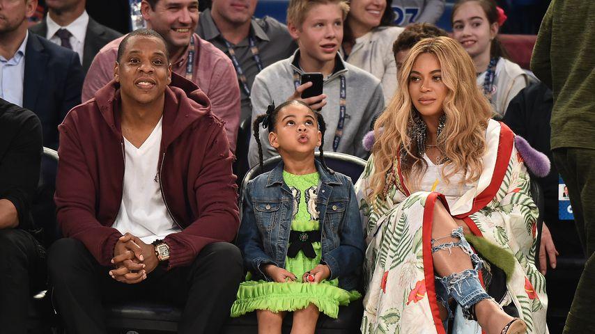 Jay-Z, Blue Ivy und Beyoncé bei einem Basketballspiel
