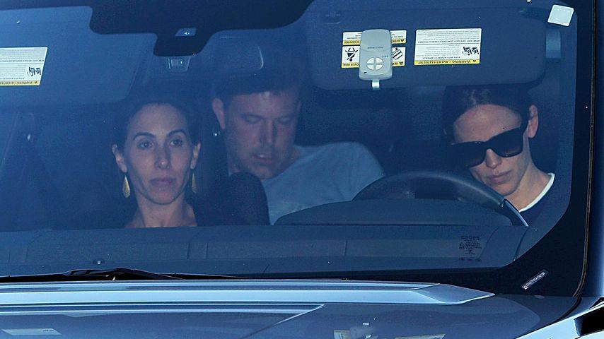 Jennifer Garner (r.) mit Ben Affleck und einer unbekannten Frau im Auto