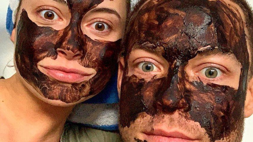 Mit Schoko-Masken: Jenny & Andrej genießen gemeinsame Zeit