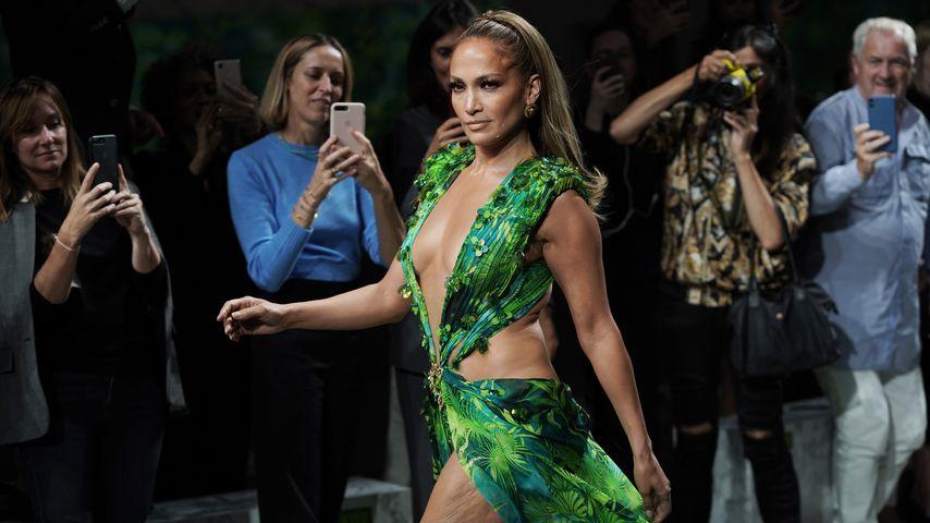 Jennifer Lopez auf der Versace Fashion Show in Mailand 2019