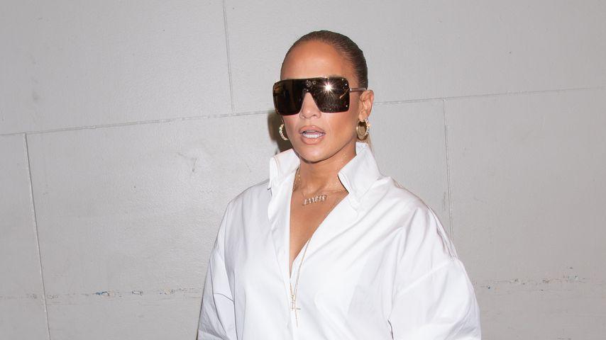 Hose oder Schuhe? Jennifer Lopez' Outfit spaltet die Fans!