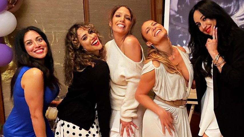 Jennifer Lopez mit ihrer Schwester Lynda und weiteren Freundinnen