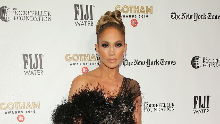Elegant: Jennifer Lopez verzaubert mit Federkleid und Frisur