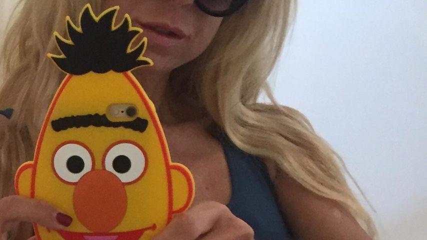 Jenny Elvers zeigt Sixpack & DIE Kult-Handyhülle schlechtin!