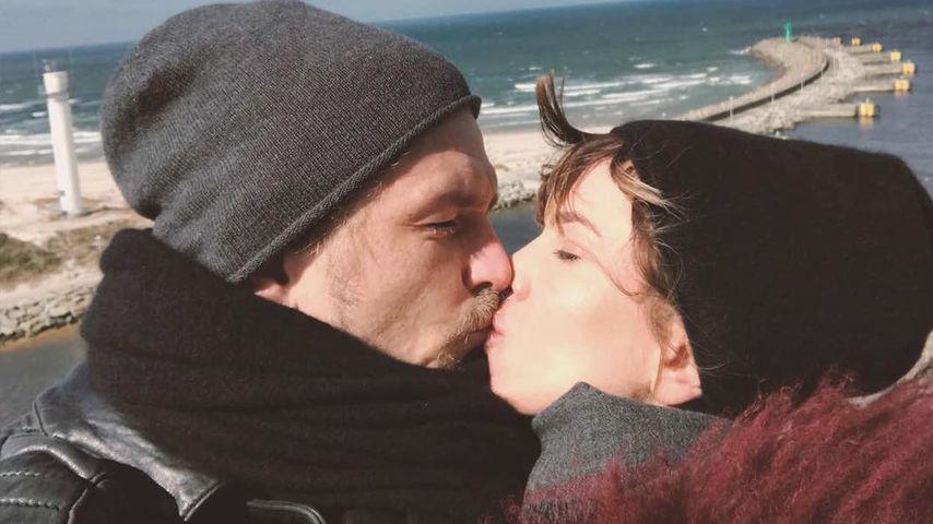 Jens Ackermann und Isabell Horn küssen, April 2018