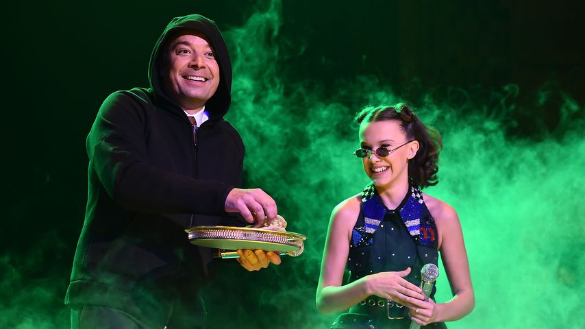 """Jimmy Fallon und Millie Bobby Brown in """"The Tonight Show Starring Jimmy Fallon"""""""
