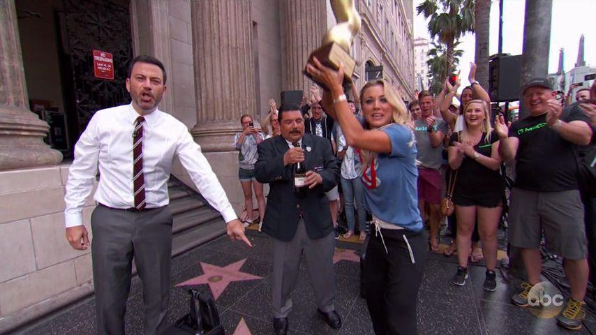 Lustige Aktion! Kaley Cuoco battelt sich mit Jimmy Kimmel