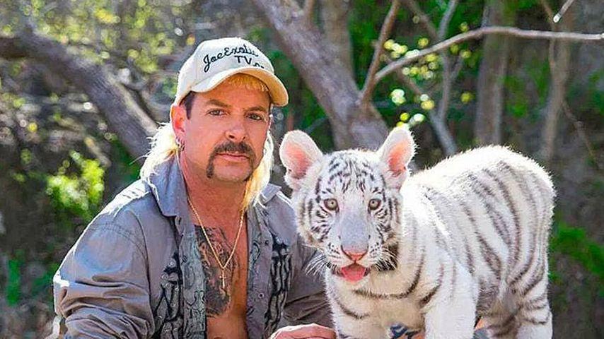 Joe Exotic mit einem weißen Tiger
