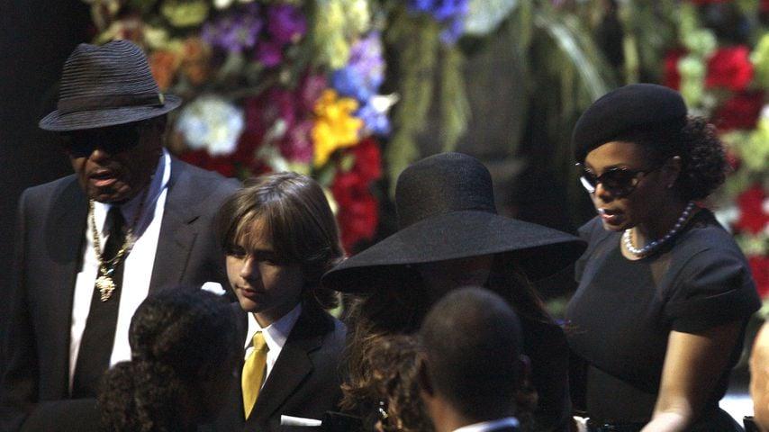 Joe Jackson, La Toya Jackson und Janet Jackson auf der Beerdigung von Michael Jackson