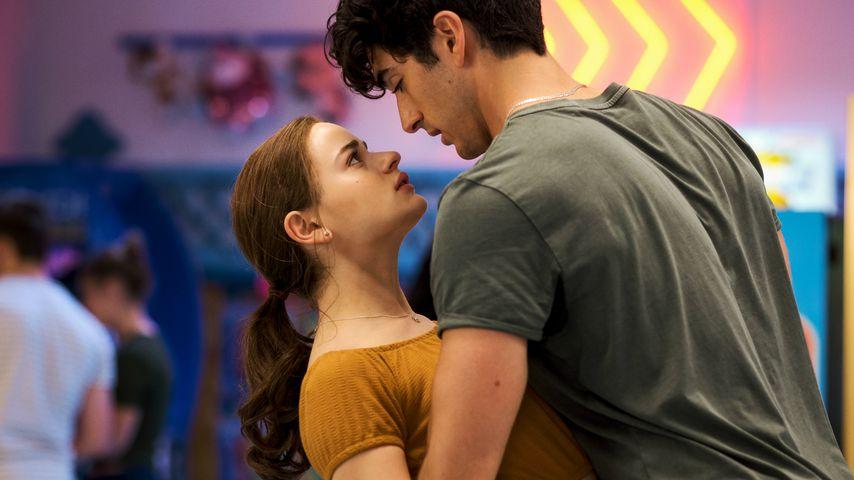"""Joey King und Taylor Zakhar Perez in einer Szene von """"The Kissing Booth 2"""""""