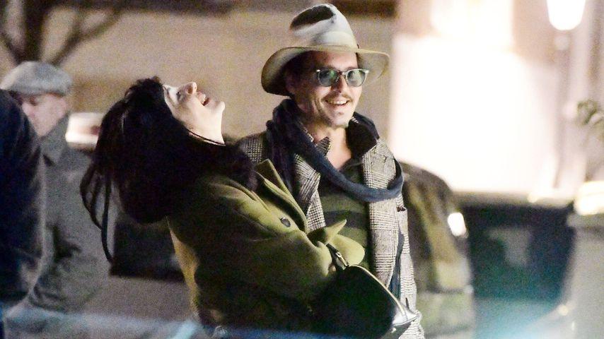 Charme-Offensive: Wen bringt Johnny Depp hier zum Lachen?