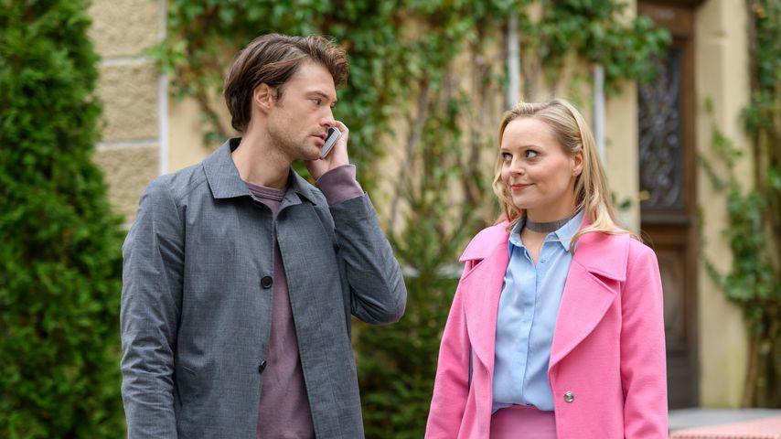 """Joshua (Julian Schneider) und Annabelle (Jenny Löffler) am """"Set von Sturm der Liebe"""""""