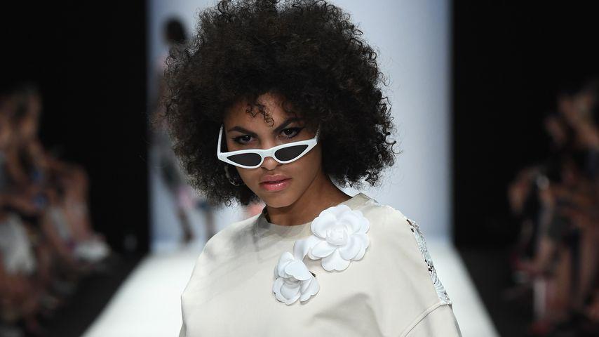 Julianna Townsend in der Riani-Show der Berlin Fashion Week