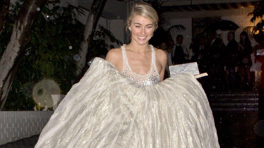 Regentanz! Julianne Hough barfuß nach Golden-Globe-Party