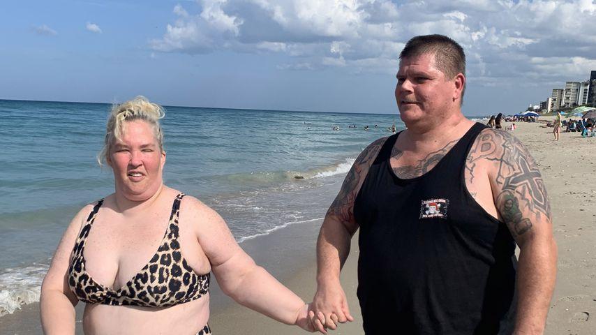 Im Leo-Bikini: June Shannon genießt Strandausflug mit Freund