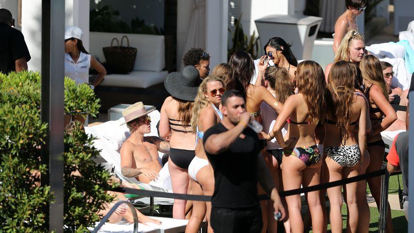 Lady-Magnet? Justin Bieber feiert mit Bikini-Girls
