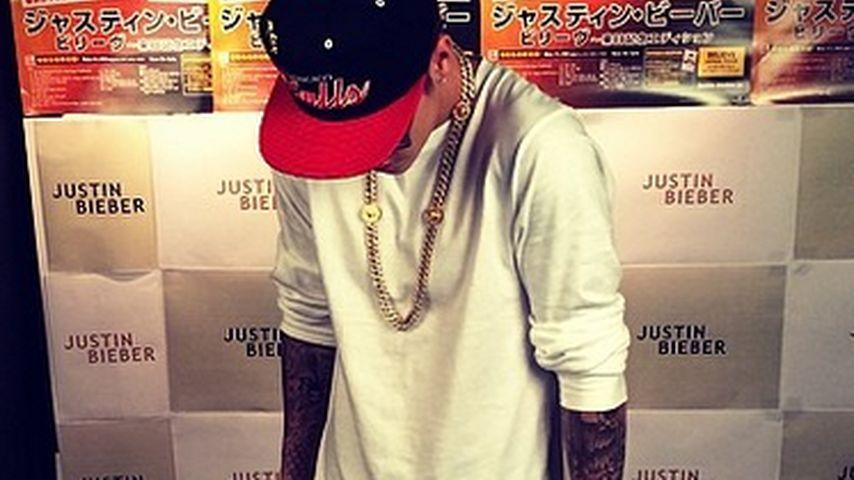 Reuig: Justin Bieber poste vor Verbrecher-Schrein