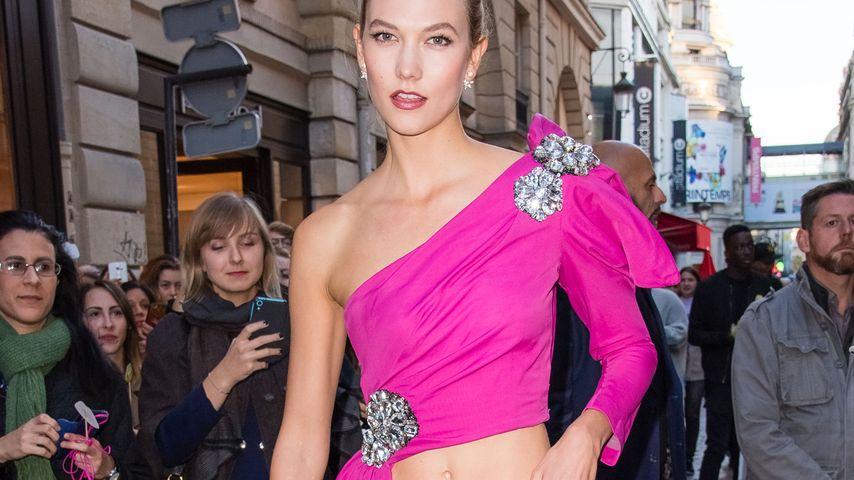 Casual-Chic: Karlie Kloss verwirrt mit Jeans-Ballkleid-Look