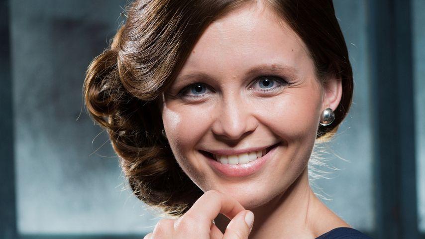Katharina Woschek arbeitet neben AWZ als Bar-Frau!