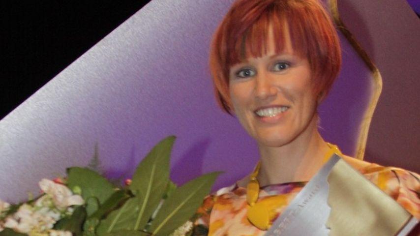 """Kati Wilhelm zeigt stolz ihren """"Herbert""""-Award"""