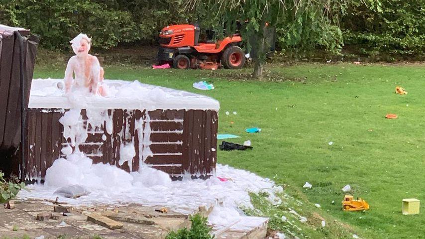 Katie Price' Sohn Jett Riviera Hayler und Tochter Bunny Hayler im Whirlpool, September 2019