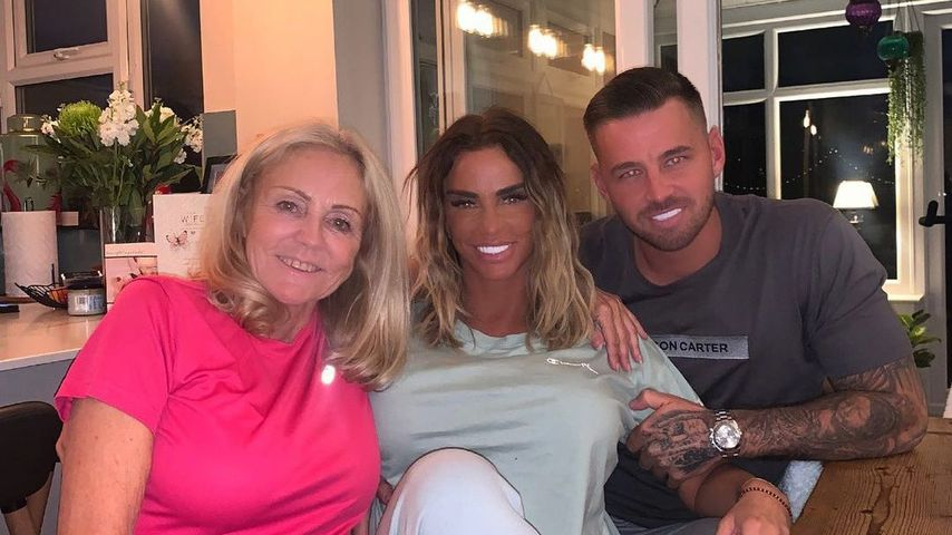 Katie Price mit ihrer Mutter und ihrem Freund Carl