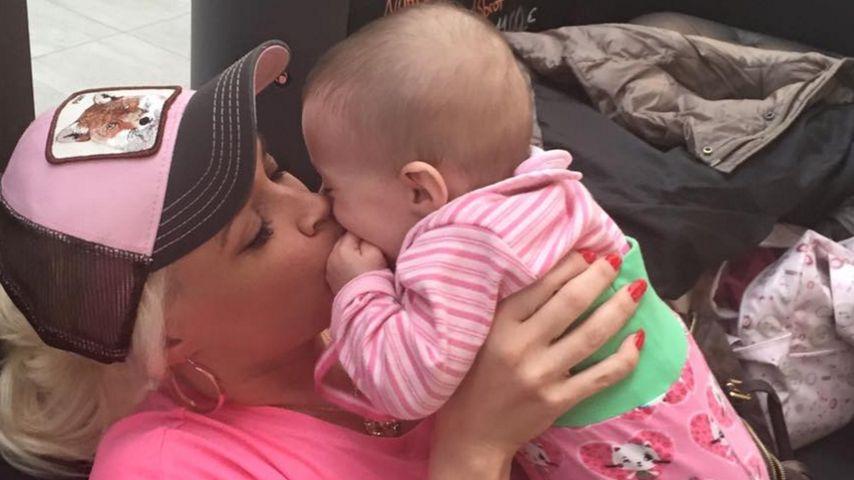 Katzen-Knuddelei: So liebevoll schmust Dani mit Baby Sophia