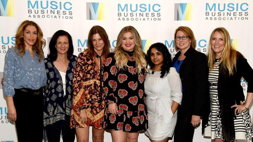 """Kelly Clarkson (m.) bei der """"Music's Leading Ladies Speak Out""""-Präsentation"""