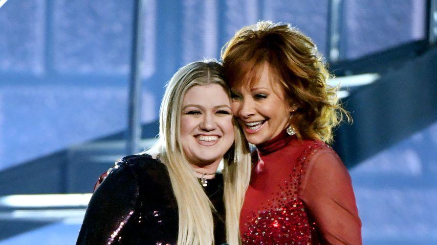 Kelly Clarkson und Reba McEntire bei den Academy of Country Music Awards