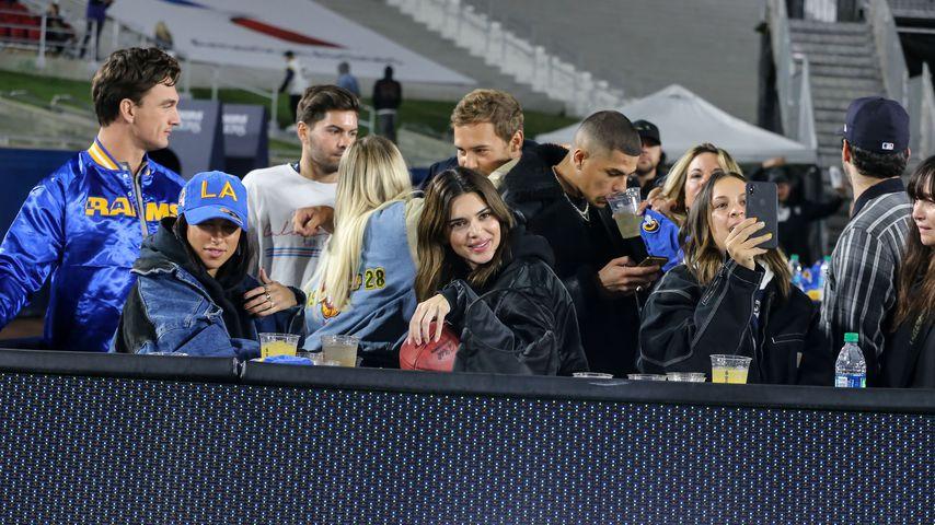 Kendall Jenner mit Freunden bei einem Football-Spiel in Los Angeles