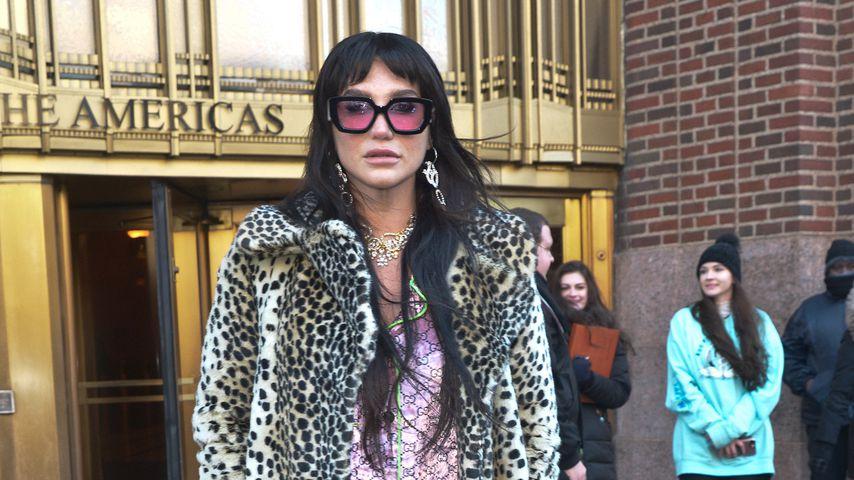 Neuer Trend? Kesha im lässigen Schlafanzug-Look unterwegs