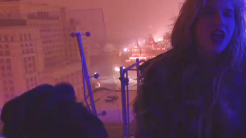 Kesha: Ekliges Pinkel-Video zu Weihnachten