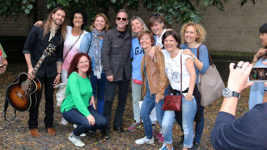 Kiefer Sutherland macht ein Gruppenfoto mit den Passanten in der Kölner Fußgängerzone