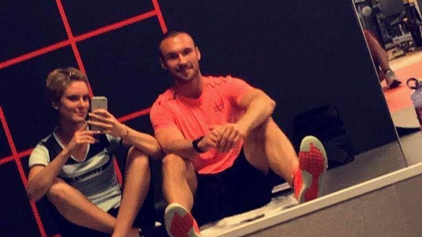 Kim Hnizdo mit ihrem Personal Trainer im Fitnessstudio
