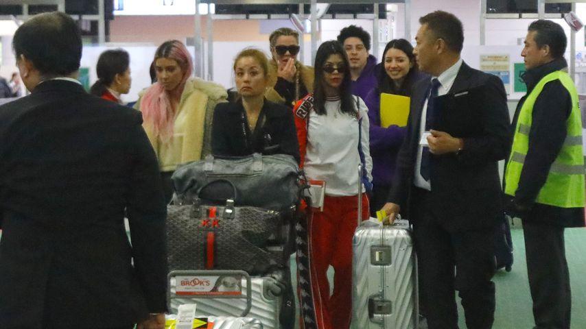 Kim Kardashian, Khloe Kardashian und Kourtney Kardashian bei ihrer Ankunft in Tokio