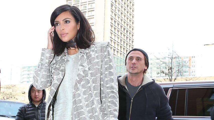 Huch! Warum trägt Kim Kardashian ein Halsband?