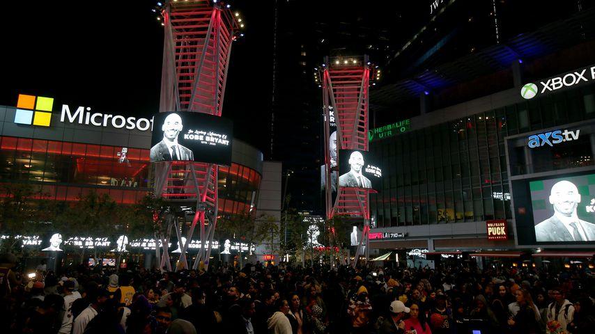 Kobe Bryants Gedenktafel am Staples Center in Los Angeles