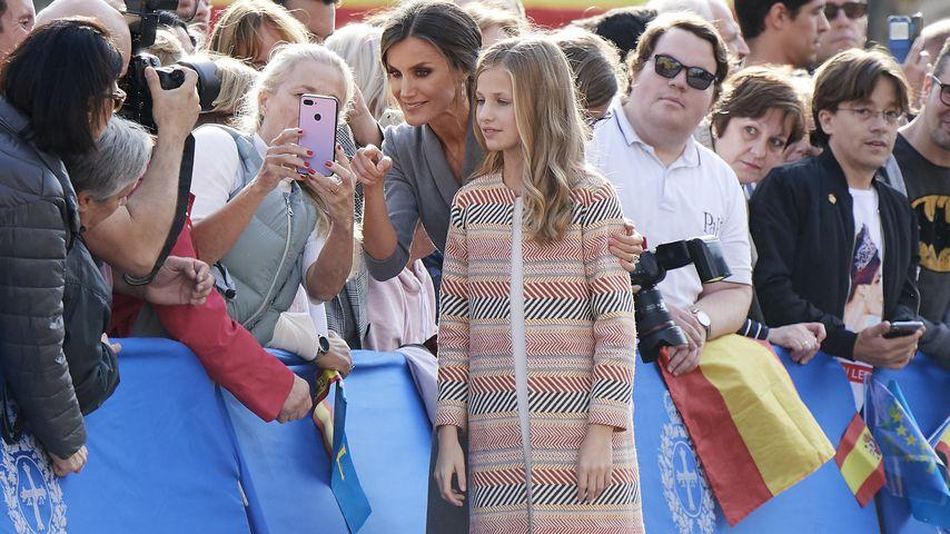 Königin Letizia und Prinzessin Leonor von Spanien machen Selfies mit ihren Fans