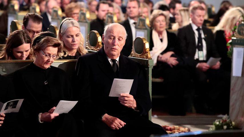 Königin Sonja, Prinzessin Mette-Marit und König Harald auf Ari Behns Trauerfeier