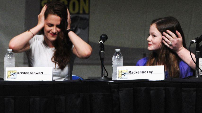 Kristen Stewart und Mackenzie Foy, 2012 auf der San Diego Comic-Con
