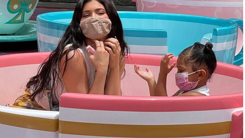 Kylie Jenner mit ihrer Tochter Stormi im Disneyland