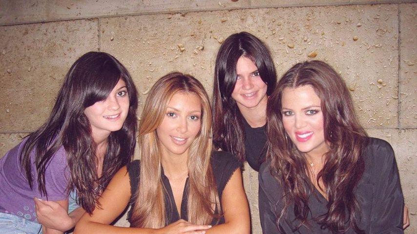 Erkannt? Kim Kardashian teilt altes Pic mit ihren Schwestern