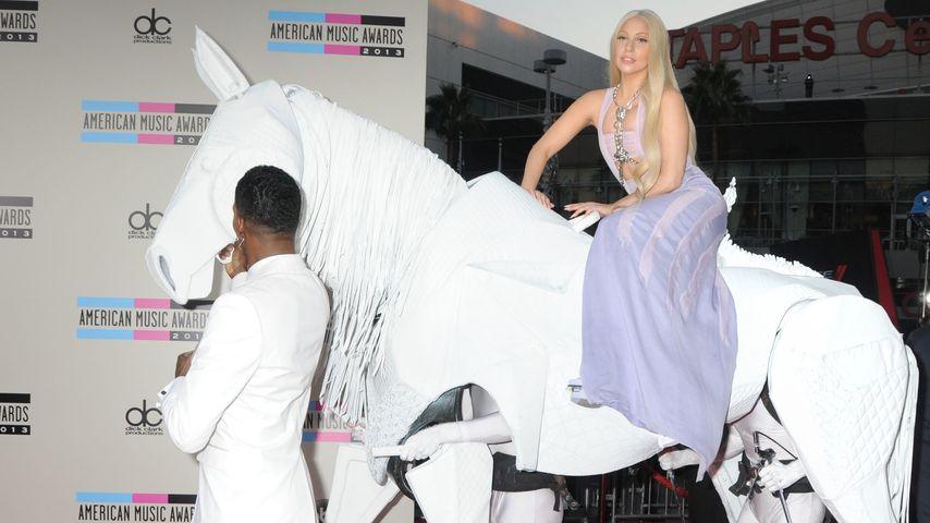 Lady GaGa: Auf menschlichem Pferd zu den AMAs!