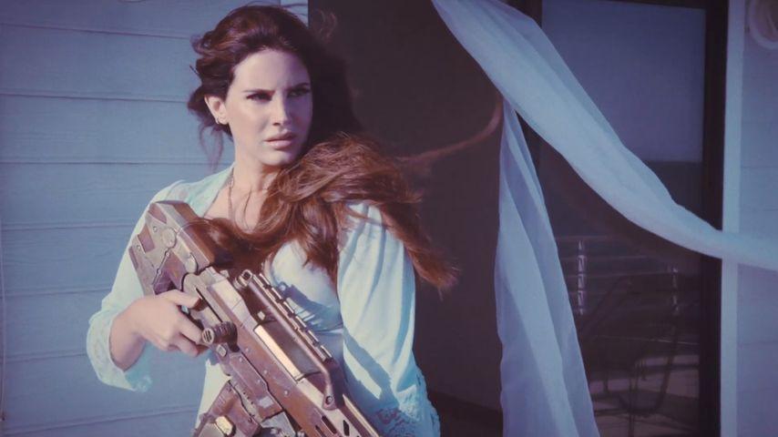 Schocker-Clip! Lana Del Rey schießt Paparazzi ab