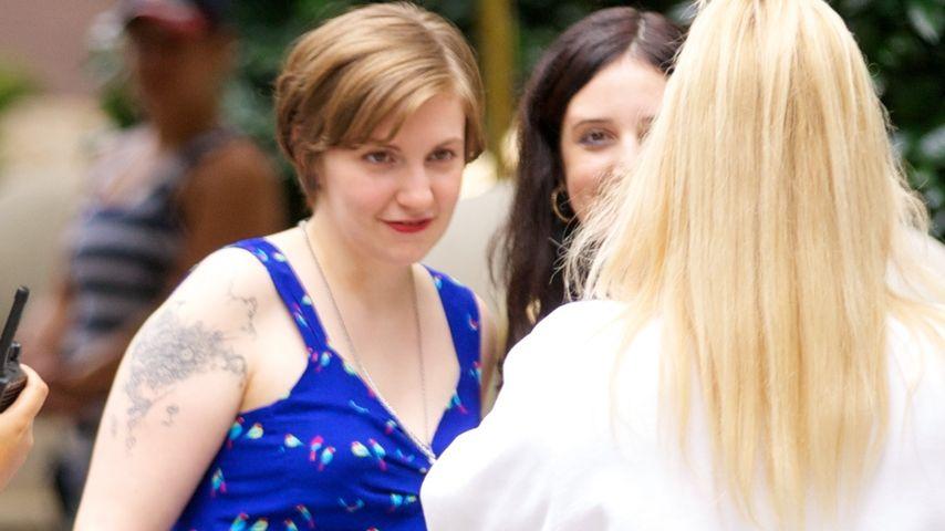 Lena Dunham wirkt mopsig im Muster-Kleid