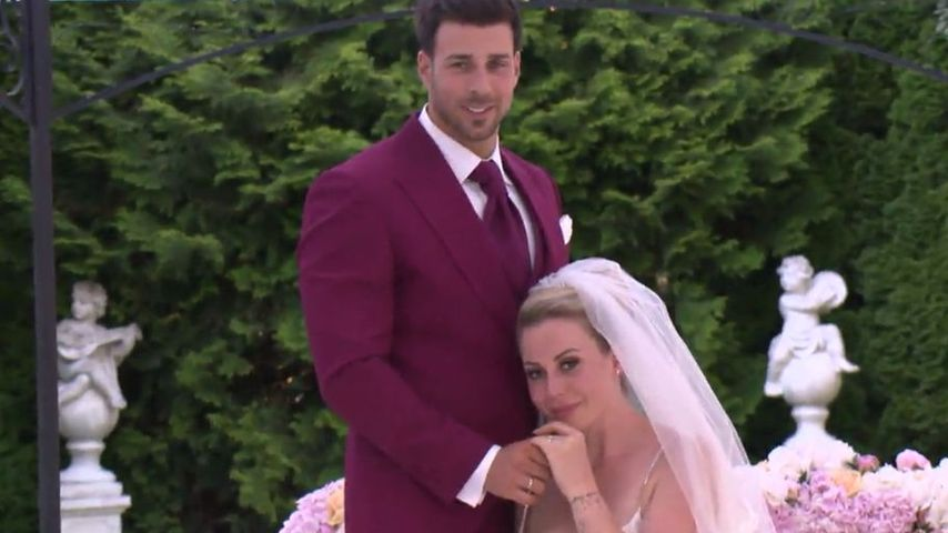 Im roten Anzug vorm Altar: Gefiel Caona Leos Wedding-Look?