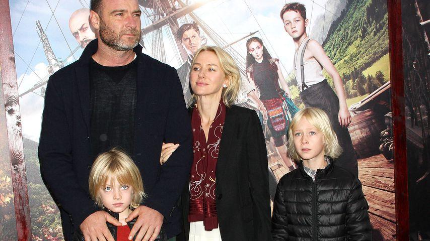 """Liev Schreiber und Naomi Watts mit ihren Söhnen auf der """"Pan""""-Premiere 2015"""