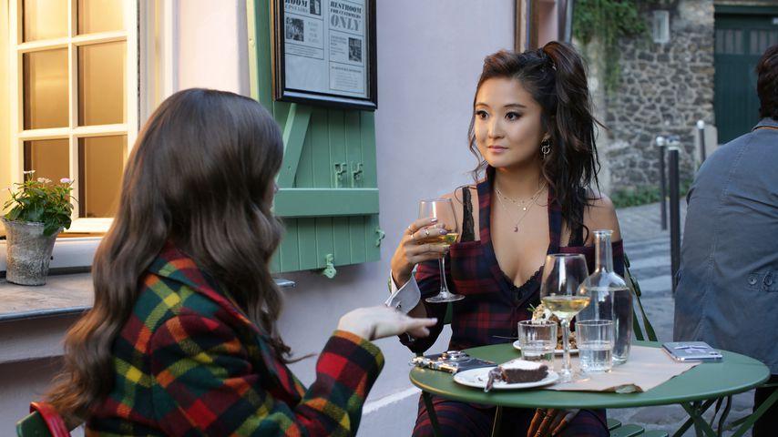 "Lily Collins und Ashley Park in ""Emily in Paris"""
